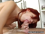 Amateur tiener vriendin zuigt en neukt met gezichts