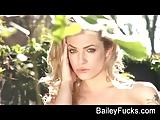 Bailey Blue masturbeert haar geweldig mooi kut buitenshuis