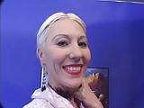 Blonde rijpoe hoer maakt 2 mannen klaarkomt in haar gezicht