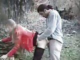 Blonde slet geneukt in het bos