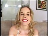 Blonde slet Shawnie toont haar kutje vervolgens wordt geneukt