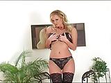 Blondje met enorme tieten strippen in zwarte lingerie
