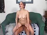 Deze oma wil een jonge pik in haar kont