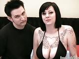 Getatoeëerd amateur brunette geneukt zeer wild met haar vriendje
