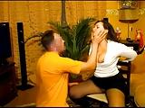 Hete onderdanige vrouw krijgt gezicht geneukt door haar Russische man