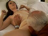 Hete vrouw ontvangt een mondelinge uit een 82 jaar oude man