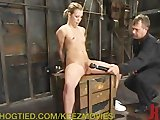 Jonge tiener toont borst