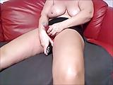 Mama met grote doorgezakte grote tieten neukt zichzelf met luide orgasme