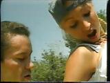 Meisje met harig kutje wordt gevuistneukt door dokter