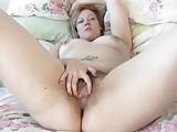 MILF toont haar harige kutje
