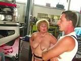 Moeder wordt geneukt in de werkplaats van jonge kerels