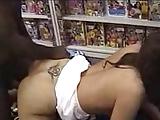 Mooi meisje in winkel geneukt door een zwarte pik