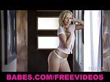 Prachtige zwoele blonde Lena Nicole speelt met zichzelf