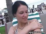 Rondborstige amateur vriendin zuigt en neukt op feestdagen