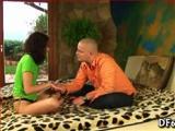 Leuke jonge stiefzuster spreidt maagd benen voor haar stiefbroer
