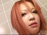 Strak en rondborstige roodharige meisje kutje strelen in de badkamer