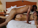 Vrouw speelt met haark