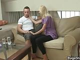 Ze schreeuwt zoals hij neukt haar hard en ruw