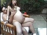 Zwangere hoer geneukt op de bank in het park